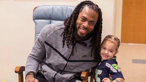 seahawks-richard-sherman-fan-ellie-hospital-surprise-video.jpg