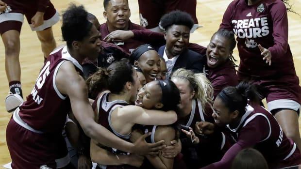 Mississippi State shocks UConn women, end streak at 111--IMAGE