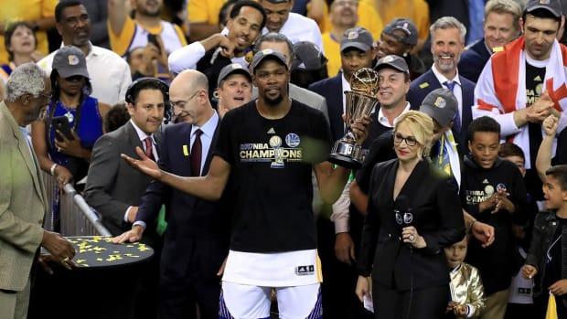 NBA GMs Pick Warriors to Repeat as Champions - IMAGE