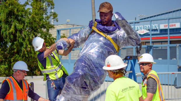 jackie-robinson-statue-unveiled.jpg