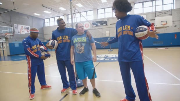 Harlem Globetrotters invite local gym teacher to play with them--IMAGE