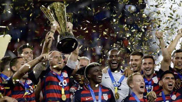 usa-wins-gold-cup-trophy-bradley.jpg