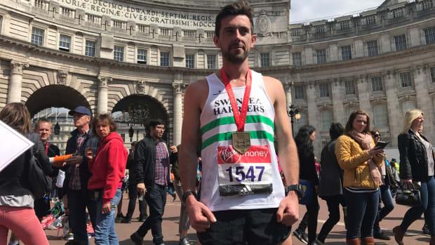 london-marathon-hero-carries-struggling-runner.jpg