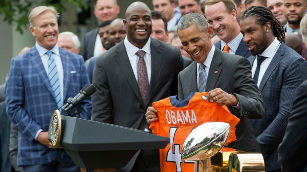 Obama welcomes Broncos to White House, teases Manning - IMAGE