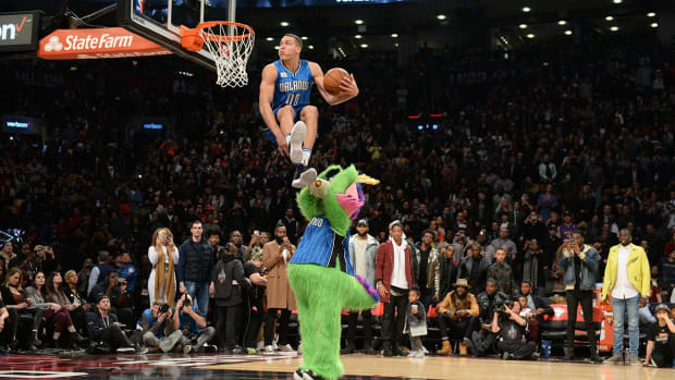 Aaron Gordon plays Outkast's 'Roses' on hotel piano--IMAGE