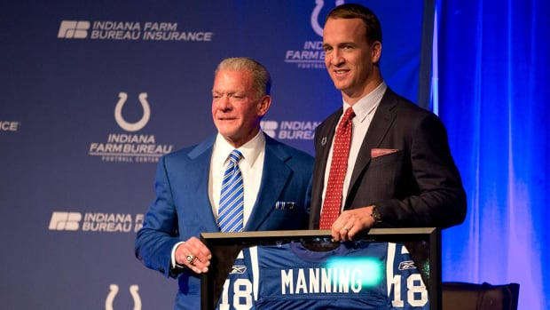 Colts retire Peyton Manning's jersey, to erect statue--IMAGE