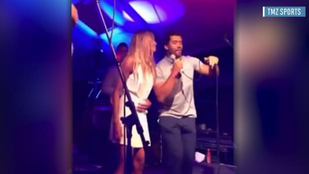 Russell Wilson shows off his 'vocals' signing Michael Jackson song - IMAFE