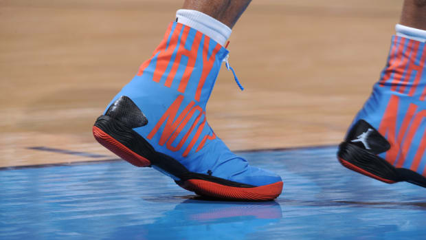 russell-westbrook-changes-shoes.jpg