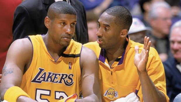 Ex-Laker Samaki Walker says Kobe Bryant punched him over $100--IMAGE