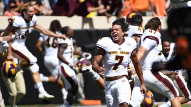CMU upsets No. 22 Oklahoma State after controversial penalty -- IMAGE