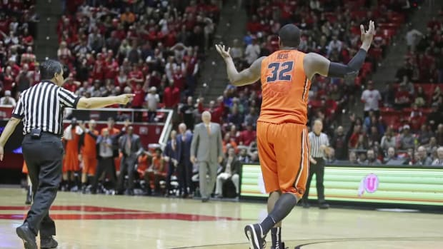 Oregon State's Jarmal Reid ejected for tripping referee - IMAGE