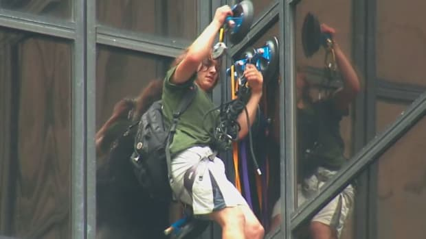 trump-tower-man-climb-suction-cups-video.png