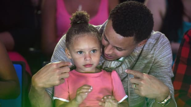 Riley Curry sings to her baby sister - IMAGE