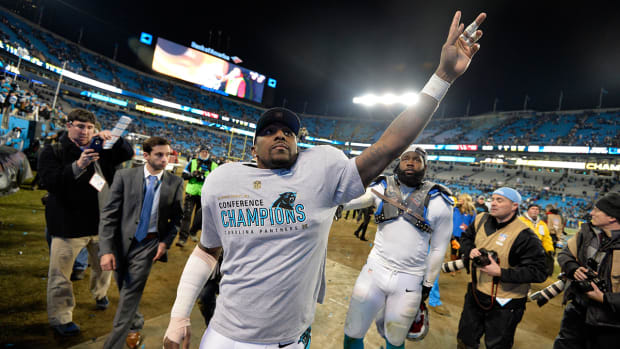 Panthers LB Thomas Davis plans to play in Super Bowl despite screws in arm