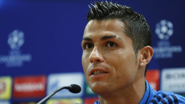 cristiano-ronaldo-angry-press-conference-walks-out.jpg