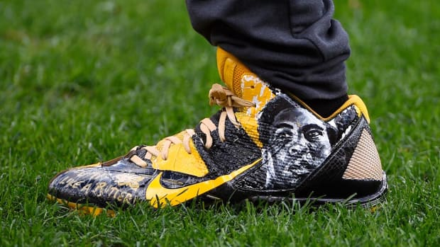 NFL threatens to eject Antonio Brown over Muhammad Ali cleats - IMAGE