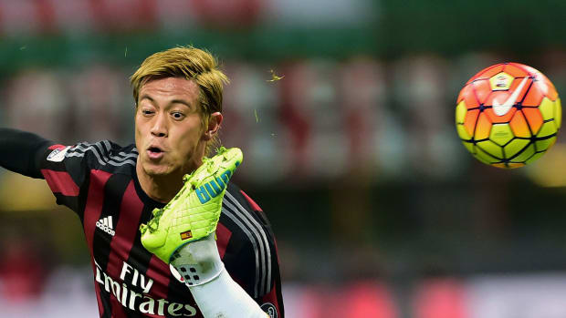 2016-0117-Keisuke-Honda-Marcos-Alonso-Mendoza-foot.jpg