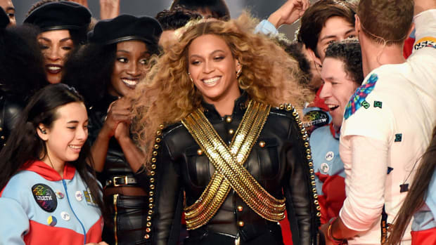 beyonce-super-bowl-halftime-show-fall.jpg