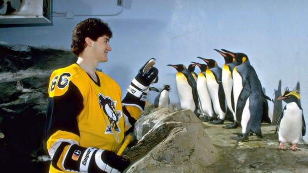 1984-Mario-Lemieux-Pittsburgh-Zoo-penguins-05557306.jpg