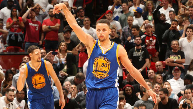 Steph Curry ties record for consecutive games with a three - IMAGE