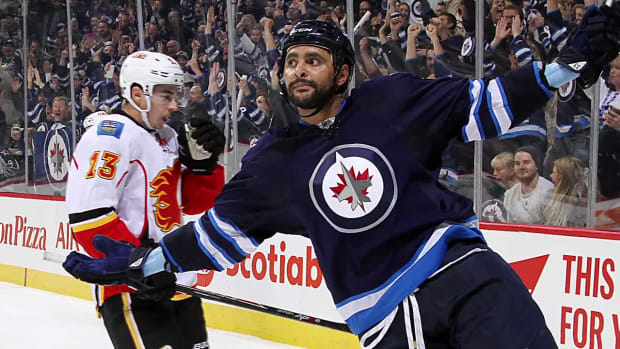 Dustin Byfuglien staying with Jets - IMAGE