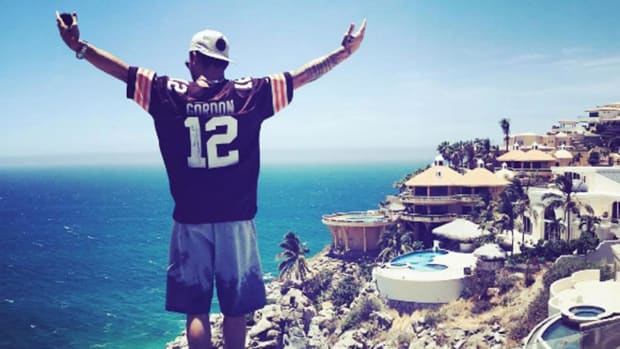 Johnny Manziel sends message to father from Mexico - IMAGE