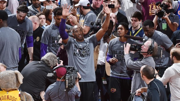Kobe Bryant receives standing ovation in Cleveland--IMAGE