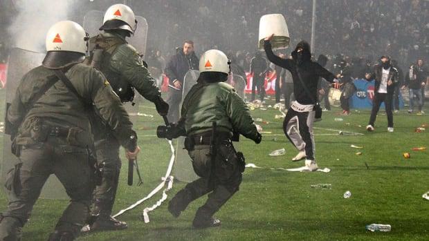 olympiakos-paok-fan-violence-greek-cup-match-suspended-video.jpg