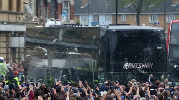 man-united-bus-west-ham.jpg