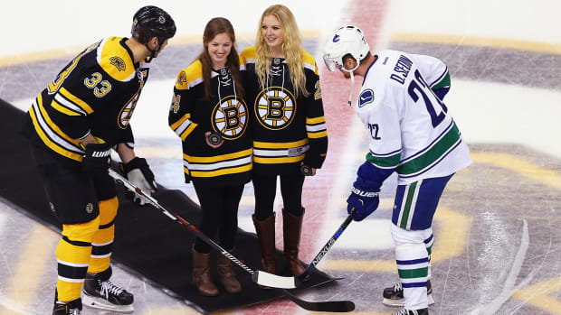 Boston Bruins honor injured NWHL player - IMAGE