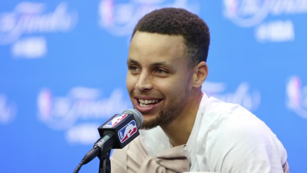 Steph Curry shuts down report of needing surgery - IMAGE