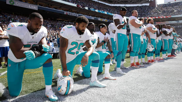 National anthem protests continue as NFL season kicks off - IMAGE