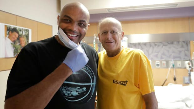 Charles Barkley ignores his doctor's orders to visit Craig Sager in hospital - IMAGE