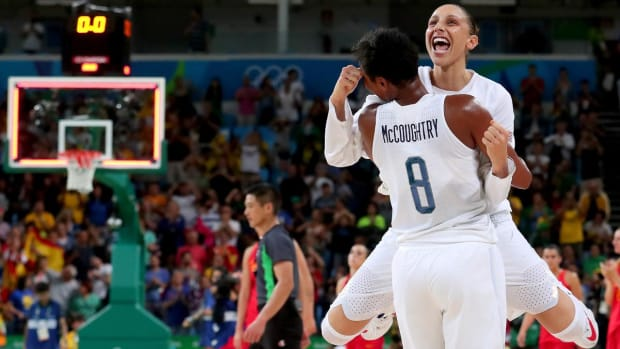 U.S. women's basketball team wins sixth straight gold medal--IMAGE