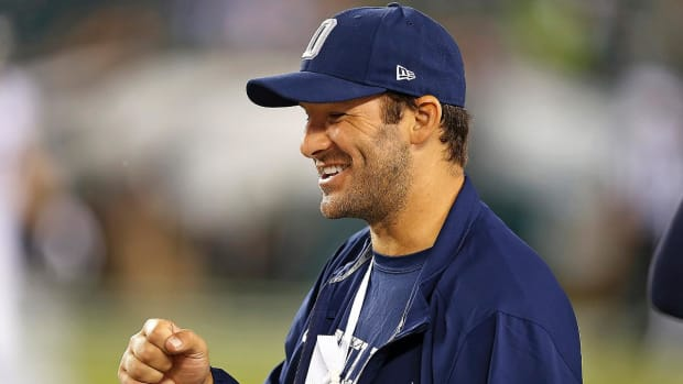 Report: Tony Romo to miss 6–8 weeks after collarbone procedure--IMAGE