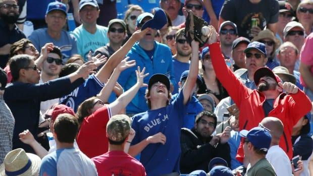 toronto-blue-jays-fan-home-run-ball.jpg