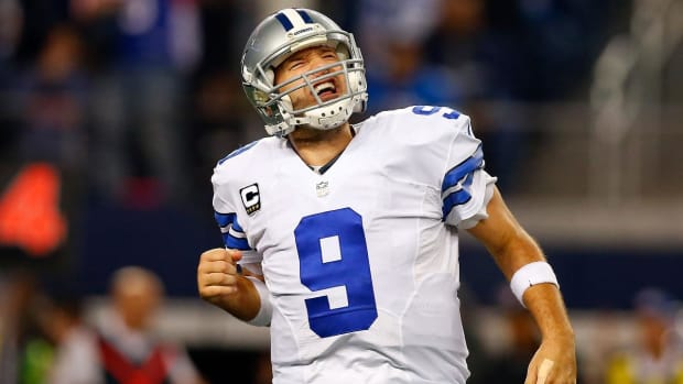 Cowboys' Tony Romo out indefinitely with broken bone in back--IMAGE