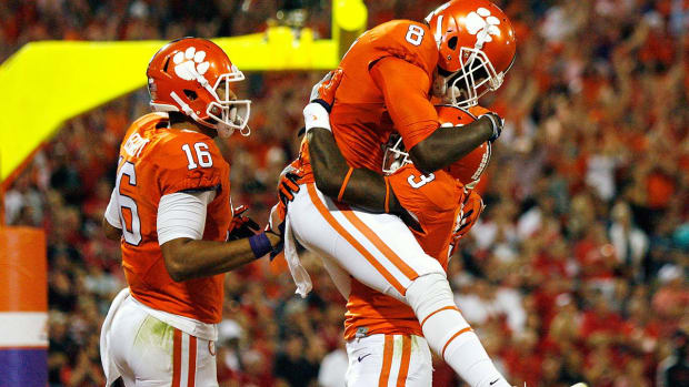 No. 3 Clemson escapes No. 4 Louisville in ACC thriller -- IMAGE