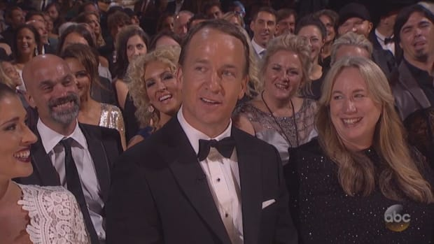 Peyton Manning sings at CMA Awards - IMAGE