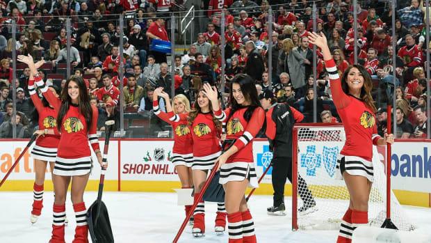 Chicago-Blackhawks-Ice-Crew-Girls-500495792.jpg