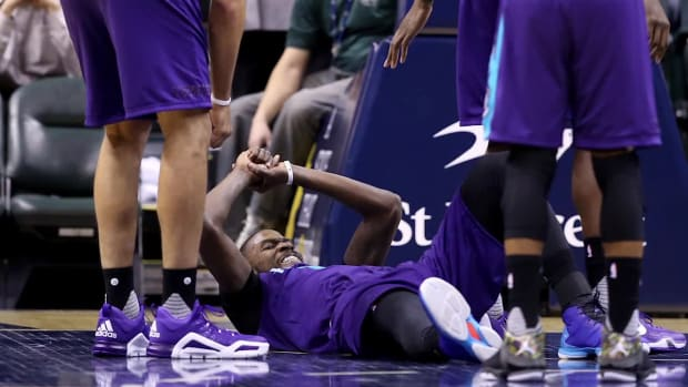 Hornets' Michael Kidd-Gilchrist dislocates right shoulder--IMAGE