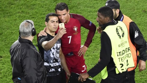 Fan runs onto field, takes selfie with Cristiano Ronaldo IMAGE