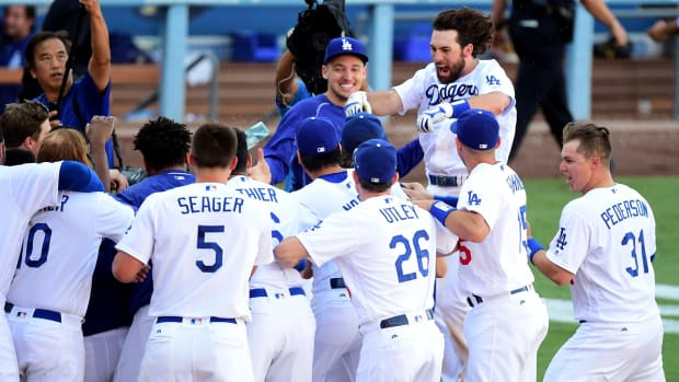dodgers-walk-off-vin-scully-last-home-game.jpg