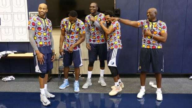 Grizzlies honor Craig Sager with very loud T-shirts -- IMAGE