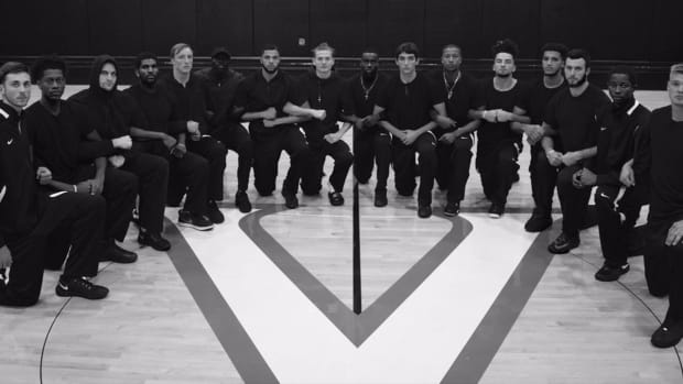 Virginia basketball team 'kneels for injustice' -- IMAGE