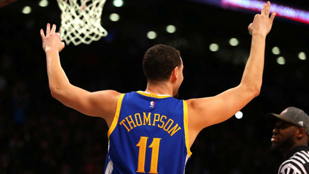 Klay Thompson defeats Steph Curry in final of three point contest - IMAGE