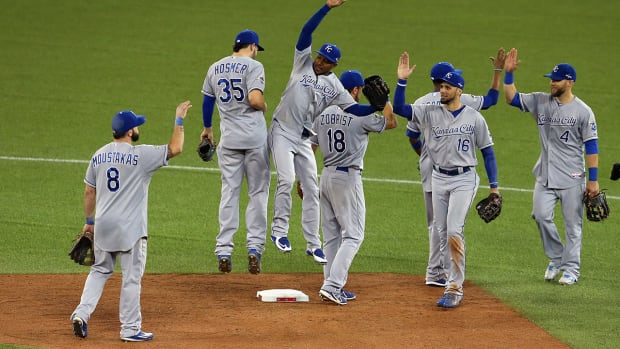 Royals' bats come alive, pound way to victory over Blue Jays in Game 4--IMAGE