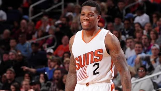Suns' Eric Bledsoe leaves game with sprained knee, will have MRI -- IMAGE