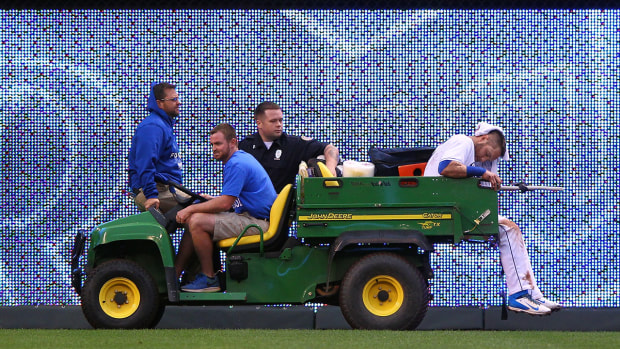 Alex Gordon carted off field with groin injury IMAGE