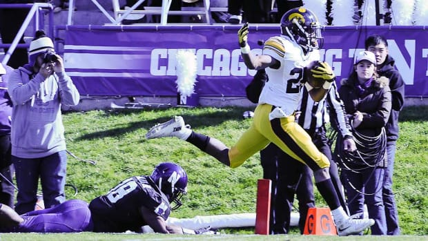 akrum-wadley-iowa-hawkeyes-beat-northwestern-wildcats.jpg
